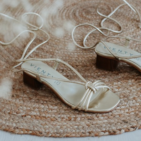 Sandalia tacón piel platino MELINDA