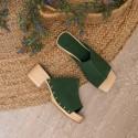 Sandalia zueco de madera tachas suede verde Tules