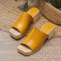 Sandalia zueco tachas coco amarillo Tules