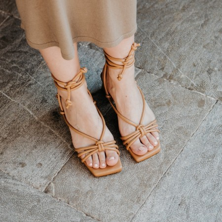 Sandalia tacón cordones camel Bellie